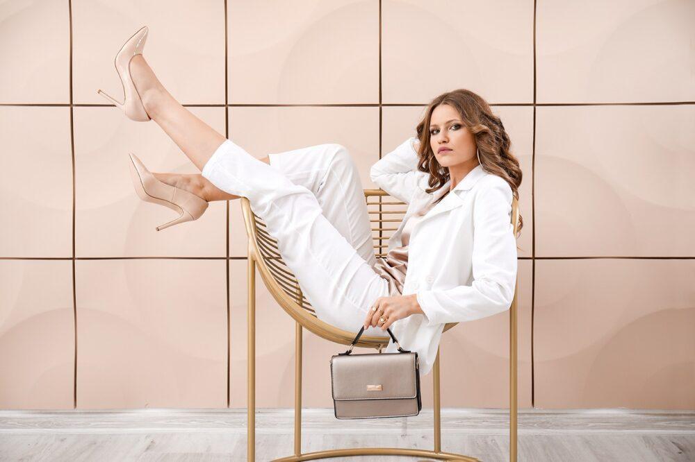 С чем носить белые брюки этой весной: идеи образов